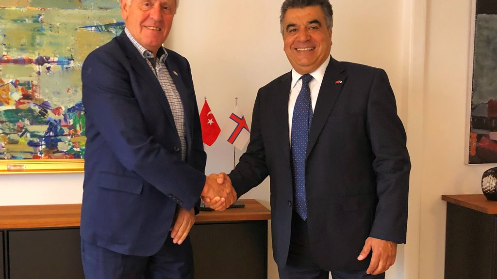Turkiski sendiharrin til fótbóltsdyst í Føroyum