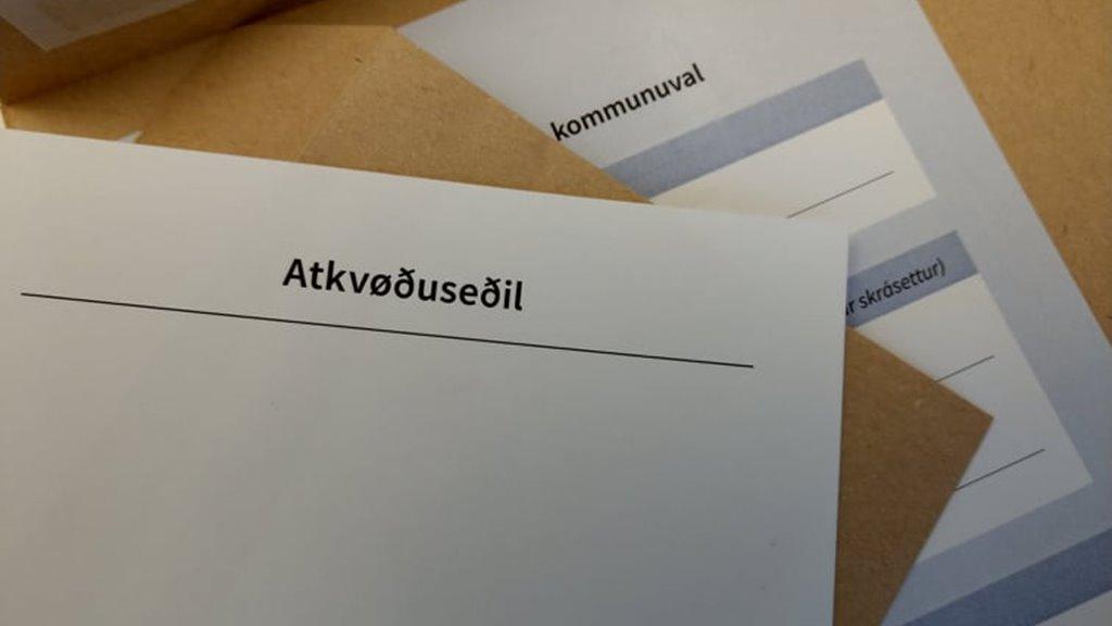 Løgtingið hevur í dag samtykt broyting í kommunu- og løgtingsvallógini