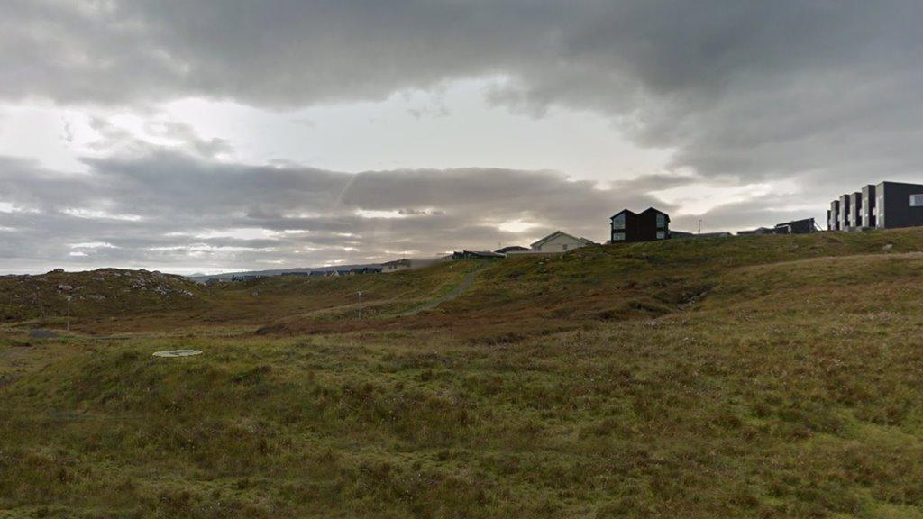 Arbeitt verður framvegis við ætlanunum um at byggja vardar bústaðir til fólk við menningartarni við Klingruna  í Hoyvík